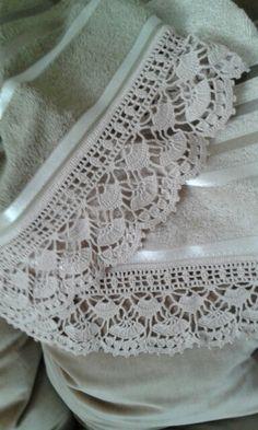 Hermosa puntilla en gris claro realizada por C. Pazos, en una toalla de mano con detalles arrasados al tono.