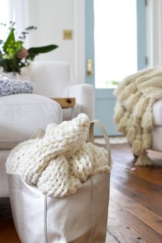 knit-chunky-blanket - Design The Life You Want To Live ® FREE chunky knit blanket pattern. Knit a blanket in a weekend! Chunky Blanket, Wool Blanket, Chunky Wool, Chunky Knits, Arm Knitting, Knitting Needles, How To Purl Knit, Knitting Patterns Free, Tejidos