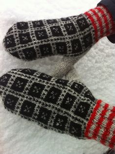 Knitted Mittens Pattern, Knit Mittens, Knitted Gloves, Wrist Warmers, Hand Warmers, Love Crochet, Crochet Yarn, Knitting Designs, Knitting Stitches