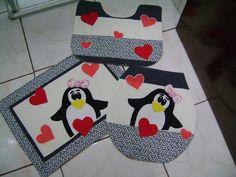 Jogo de Banheiro -Pinguins Confeccionado em tecido 100% algodão,fibra,forro em algodão cru e aplicações. Tampa - 44 x 40 Tapete Vaso - 41 x 52 Tapete - 47 x 62 OBS: Consultar disponibilidade de tecidos. R$ 80,00
