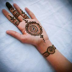 Mehendi Designs For Kids, Circle Mehndi Designs, Small Henna Designs, Mehndi Designs Front Hand, Palm Mehndi Design, Simple Arabic Mehndi Designs, Indian Mehndi Designs, Mehndi Designs Book, Mehndi Designs For Beginners