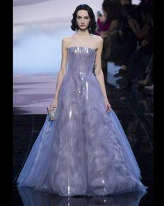Défilé Armani, été 2016.  Sirène On aime : ce bleu-violet, vraiment original.Défilé Armani, été 2016.
