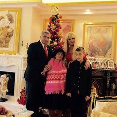 Η οικογένεια Πατούλη σας εύχεται καλή χρονιά. Με αυτή τη φωτογραφία - Παραπολιτική - NEWS247