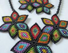 Creación de collar y aretes con multicolores Flores original Macrame hecho a mano