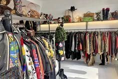 Der Winter zieht auf, und wir wechseln die Garderobe auf Pullover, dicke Jacken und Boots – das kriegt auch die Geldbörse zu spüren… Wir haben die Lösung! Wardrobe Rack, Pullover, Winter, Vintage, Shopping, Fashion, Cloakroom Basin, Jackets, Winter Time