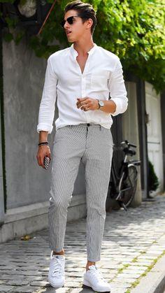 Sommerliche Kombination aus grau-weiß-gestreifter Chino und weißem/-n Hemd mit kleinem Stechkragen und Sneakers.
