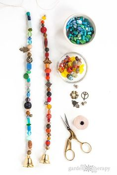 Add Sparkle to the Garden With This Beautiful Beaded Wind Chime Ajoutez de l'éclat au jardin avec ce magnifique carillon … Clay Pot Crafts, Bead Crafts, Crafts To Sell, Shell Crafts, Fun Crafts, Mobiles, Carillons Diy, Make Wind Chimes, Homemade Wind Chimes