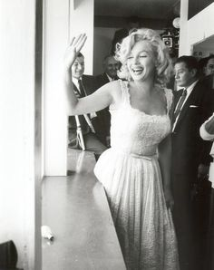 Marilyn Monroe photographed by Sam Shaw.she looks so fresh & so sweet. Old Hollywood, Hollywood Glamour, Classic Hollywood, Hollywood Actresses, Vintage Beauty, Most Beautiful Women, Beautiful People, Beautiful Celebrities, Glamour Hollywoodien