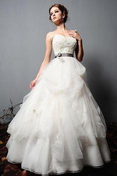 49d13e2f272 20 Modern Wedding Dresses Look Simple