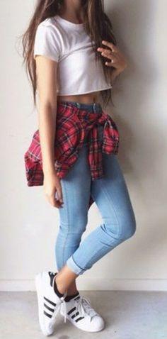 Amarra una camisa de cuadros a tu cintura y ponte unos Adidas.   29 Formas de usar jeans sin lucir como una mujer aburrida: