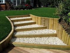 Jardin Decocasa » Escaleras de exterior: caminos al paraíso Sloped Backyard, Sloped Garden, Backyard Landscaping, Garden Paving, Garden Steps, Outdoor Steps, Tiered Garden, Garden Landscape Design, Yard Design