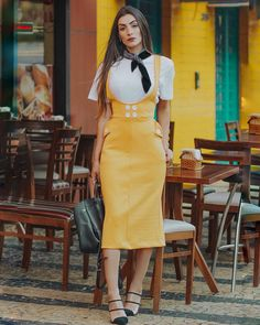 💫 desliza aí e me cont Daily Fashion, Love Fashion, Womens Fashion, Suspender Skirt, Pinafore Dress, Office Dresses, Classy Outfits, Casual Chic, Casual Looks
