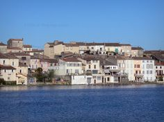 Castelnaudary: Grand Bassin du canal du Midi et façades de la ville - France-Voyage.com
