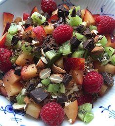 • Skyr, chokolade-crunch, mandler, blomme, kiwi, hindbær og choko