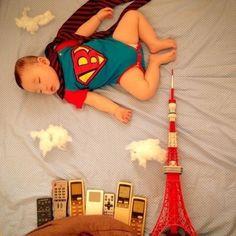 Nova moda é colocar crianças dormindo em situações engraçadas