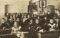 German elementary school class knitting 1914