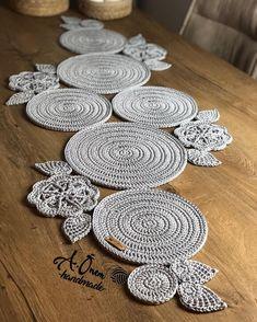 Crochet Table Runner Pattern, Crochet Tablecloth, Crochet Doilies, Crochet Stitches, Diy Crafts Crochet, Crochet Home, Crochet Projects, Baby Knitting Patterns, Crochet Patterns