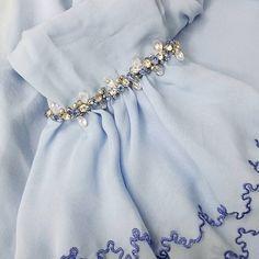 Bead Embroidery Tutorial, Shirt Embroidery, Hand Embroidery Designs, Beaded Embroidery, Sleeves Designs For Dresses, Sleeve Designs, Hijab Style Dress, Dress Anak, Batik Fashion