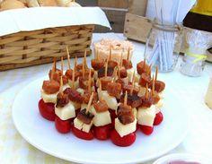 espetinhos de tomate, queijo e bacon