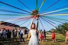 lancer de bouquet original avec des rubans - Un joli reportage joyeux et coloré par une photographe mariage Marcq en Baroeul qui aime mettre en avant les émotions intenses et le bonheur.