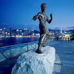 красавчика вам в ленту  Памятник Брюсу Ли появился в Гонконге в ноябре 2005 года, поклонники таланта легендарной личности собрали 100000 USD на создание скульптуры.  Это первый в мире памятник Брюсу Ли ✅ Торжественное открытие монумента было приурочено к дате рождения звезды, ему исполнилось бы 65 лет.. Сегодня, статуя актера стала украшением и одной из главных достопримечательностей Аллеи звезд ⭐️ Автором проекта является китайский скульптор Цао Чунъэнь. Памятник выполнен из бронзы и…