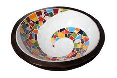 Gamela de madeira rústica de aproximadamente 35 cm de diâmetro com aplicação de mosaico em azulejos coloridos e fundo branco. <br> <br>*PODE HAVER PEQUENA VARIAÇÃO PARA MAIOR OU MENOR NAS DIMENSÕES DA PEÇA* <br>*ATENÇÃO: ESSA PEÇA NÃO DEVE FICAR EXPOSTA AO SOL E NENHUMA OUTRA FONTE DE CALOR*