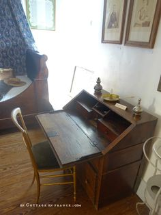 Une dizaine de romans furent écrits sur ce petit bureau (About 10 novels were written on this tiny desk) Tiny Desk, Greige, George Sand, Shabby Home, White Cottage, French Country Decorating, Daybed, Drafting Desk, Modern