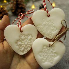 Dekoracje świąteczne, ozdoby choinkowe, zawieszki i piki z masy porcelanowej, proste i szybkie diy. Meeega efektowne ozdoby.   #linkwbio #masaporcelanowa #diy #handmade #dekoracje #święta #bożenarodzenie #zawieszka #serce #porcelainmass
