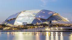 O novo e imenso estádio SportsHub, em Singapura, ganhou o título de maior estrutura de cúpula já construída, com mais de 300 metros em seu ponto mais largo.