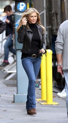 Jennifer Aniston with Black Leather Jacket - workday outfit ideas with bootcut jeans - classic American style Look Fashion, Fashion Outfits, Womens Fashion, Fashion Ideas, Fashion Styles, Fashion Clothes, Milan Fashion, Celebrity Outfits, Celebrity Style
