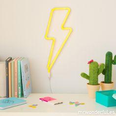 Luz de neón con forma de rayo - Amarillo. Si eres fan de la cultura pop necesitas hacerte con este neón para colgarlo en tu casa. #mrwonderfulshop #neon #light #yellow #thunderbolt #decoration