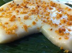 Sweet rice cake made from glutinous rice flour, sugar and coconut milk topped with curdled coconut cream. Filipino Dishes, Filipino Desserts, Asian Desserts, Filipino Recipes, Asian Recipes, Filipino Food, Pinoy Recipe, My Favorite Food, Favorite Recipes