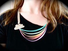 Aujourd'hui je vous présente un DIY collier original ! C'est un collier arc en ciel ! Il y a tout ce que l'on aime sur ce collier : de jolies couleurs, des rubans, un petit nuage et une petite touche de cuir.
