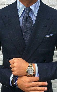 Den Look kaufen: https://lookastic.de/herrenmode/wie-kombinieren/zweireiher-sakko-businesshemd-krawatte-einstecktuch-uhr-armband/10785 — Weißes und blaues vertikal gestreiftes Businesshemd — Dunkelgraue gepunktete Krawatte — Weißes und blaues Einstecktuch — Dunkelblaues Zweireiher Sakko mit Karomuster — Silberne Uhr — Dunkelblaues Armband