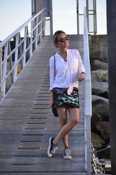 Outfit Low Cost con camisa de Stradivaruis, Falda de Bershka y zapatillas Converse vía Fashion Low Cost