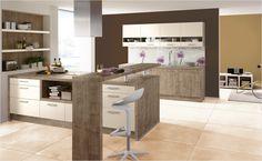 Der praktische Tresen sorgt für Funktionalität. Magnolienweiß und Wildahorn runden den Countrystil der Küche ab.
