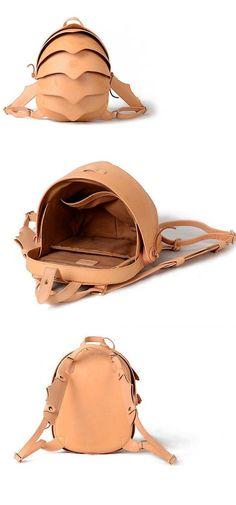 Llamativo pero funcionales, esta espaciosa mochila en forma de capullo es hecha a mano de cuero texturado, puede ser usados dos formas - con las correas del morral ajustable web o cruza simple cuerpo mango ¿Una pequeña mochila? ¿Un monedero? ¿Una mochila de cuero? ¿Una mochila de diseño?