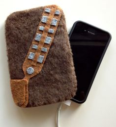 Star Wars Phone Cozy - Life Geekery has a great collection of furry felt personal device protectors, and the Star Wars phone cozy collection has to be some of the coolest. Chewbacca, Harry Potter Gadget, Glass Paint Pens, Nerd Crafts, Gift Crafts, Star Wars Crafts, Cool Mom Picks, Gadgets, Geek Stuff