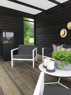 Det er ikke til å tro hvor fin denne hagen ble! Patio Roof, Pergola Patio, Pergola Kits, Patio Chairs, Backyard Patio, Garden Stairs, House Extension Design, Pergola Curtains, Wooden Pergola