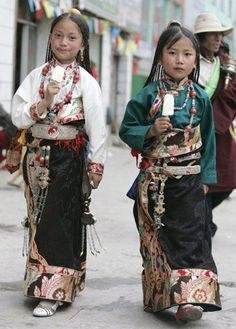 Tibetan sisters in traditional costume walk on a street and enjoying ice cream in Yushu, west China's Qinghai province, July [Reuters] Kids Around The World, People Around The World, Around The Worlds, Cultures Du Monde, World Cultures, Fotografia Retro, Beautiful World, Beautiful People, Folk Costume