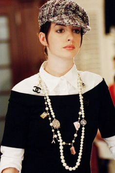 'The Devil Wears Prada' - Anne Hathaway.one of my fav looks in the movie! love the long layered chanel necklaces Pearl Necklace Outfit, Chanel Necklace, Prada Outfits, Woman Outfits, Anne Hathaway Style, Mode Bcbg, Movie Date Outfits, Devil Wears Prada, Funny Fashion
