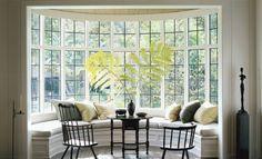Erkerfenster Dekorieren   Sprossenfenster Fenstersitz Kissen Kleiner Tisch Stuehle Schwarz