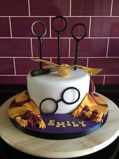 Harry Potter Party Decoration Ideas Elegant Harry Potter themed Cake with Quidditch Rings Snitch Scarf Harry Potter Quidditch, Harry Potter Fiesta, Harry Potter Bday, Harry Potter Birthday Cake, Harry Potter Baby Shower, Harry Potter Food, Harry Potter Theme Cake, Harry Potter Costumes, Harry Potter Torte
