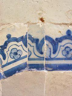 Wall detail, Portugal | Maman Xuxudidi