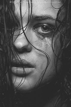 Beautiful b and w portrait photo Emotional Photography, Face Photography, Photography Women, Creative Photography, Pencil Portrait, Female Portrait, Portrait Art, Applis Photo, Photo Art