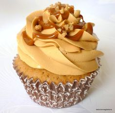 La dulce Magdalena: Cupcakes argentinos… ¡sí, de dulce de leche con merengue… The sweet Magdalena: Argentine Cupcakes … yes, of dulce de leche with Swiss meringue! Oreo Cupcakes, Cupcake Frosting, Cupcake Cookies, Muffins, Sweet Desserts, Sweet Recipes, Cake Pops, Cupcake Recipes, Dessert Recipes