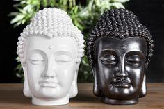 Design Buddha Kopf Skulptur in highgloss für den Hauch Asiens in Ihrem zu Hause. Eine gerade in ihrer Schlichtheit ergreifende Darstellung: Die einst von reichem Geschmeide gelängten Ohren sind schmucklos im Sinne des historischen Buddha, der alle Zierde mitsamt seinem Rang ablegte in Tibet. Der flächig gestaltete Kopf mit den klaren, reinen Gesichtzügen, der nach Innen gerichtete Blick und das friedvoll lächelnde Antlitz verschmelzen zu einem Ausdruck perfekter Harmonie. Bei Riess Ambiente