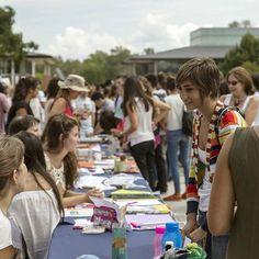 Nuestros estudiantes visitando los stands en el Acto de  Apertura del Año Académico.