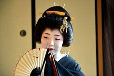 Geiko Ayano with fan - January 2013