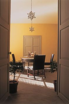 Farrow & Ball have predicted a trend in in warm yellows this year. Farrow Ball, Farrow And Ball Paint, Yellow Bathrooms, Yellow Rooms, Yellow Art, Yellow Walls, Home Accessories Uk, Farrow And Ball Kitchen, Warm Color Schemes